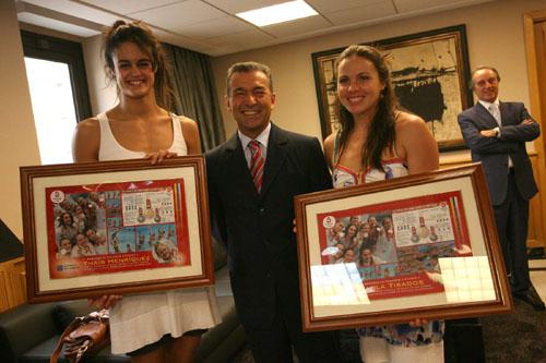 Paulino Rivero con Paola Tirados y Thais Henr quez, miembros del equipo español que ganó la medalla de plata en los Juegos Ol mpicos de Pek n.
